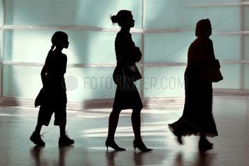 Silhouetten eines Maedchens  einer Frau und einer Seniorin