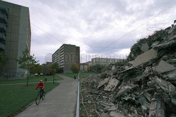 Leipzig  Plattenbau und Schutthaufen eines Hauses