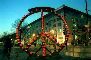 Kerzen in Form eines Peace-Zeichens von Greenpeace