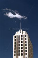 Hochhaus des Beisheim-Centers und Wolke in Berlin