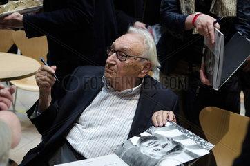 Egon Bahr beim Signieren