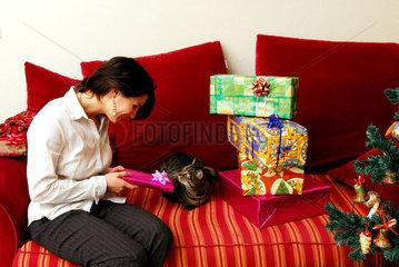 Berlin  eine Frau beschenkt an Weihnachten ihre Katze