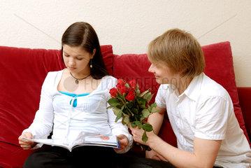 Berlin  ein Mann beschenkt eine Frau mit Rosen