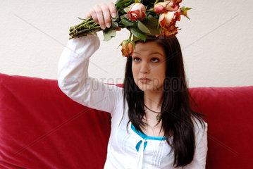 Berlin  eine junge Frau mit alten Rosen