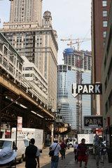 Chicago  USA  Chicago Downtown  links die Hochbahn LOOP