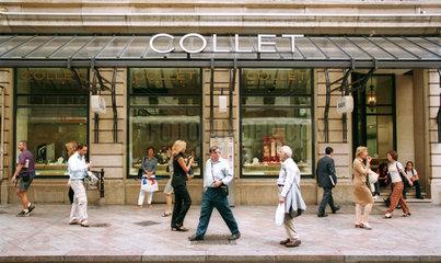 Leute in der Einkaufsstrasse Rues Basses in Genf