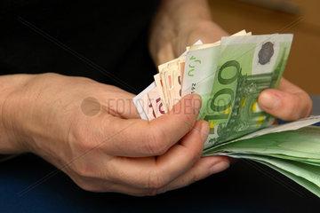 Euro-Geldscheine zaehlen