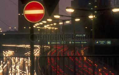 Abendverkehr auf Autobahn in Berlin
