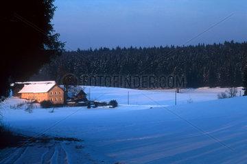 Einoed-Bauernhof im winterlichen Oberpfaelzer Wald