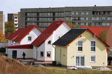 Leipzig  neue Einfamilienhaeuser vor Plattenbau