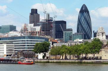 Blick auf das Bankenviertel in der City of London und das Themseufer