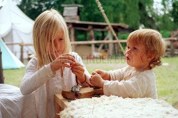 Torgelow  Kinder spielen auf Mittelalter-Markt