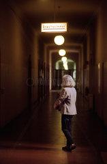 Berlin  Frau vor Anwaltszimmer eines Gerichts