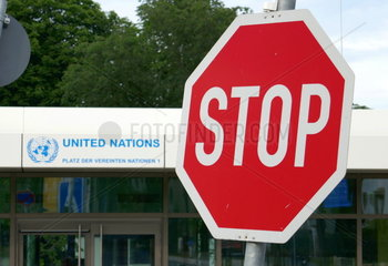 Stoppschild am Eingang des UN-Campus in Bonn