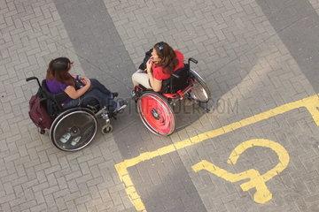 Zwei Rollstuhlfahrerinnen