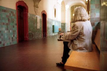 Berlin  Frau sitzt im Gerichtsflur
