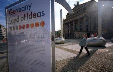 Berlin  Grosse Noten auf dem Gendarmenmarkt