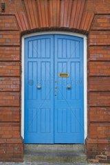 blaue Tuer im Backsteinhaus  Irland