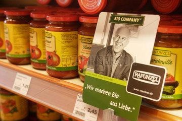 Berlin  Deutschland  Tomatensaucen in einem Regal der Bio Company