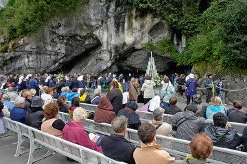 Lourdes: Pilger vor der Grotte Massabielle
