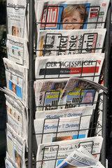 Berlin  Zeitungsstaender mit verschiedenen Zeitungstitel