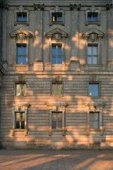 Berlin  Lichtreflexe auf Sandsteinfassade