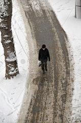 Fussgaenger im Schnee