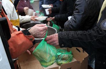 Fluechtlinge in Calais: Essenausgabe durch die Hilfsorganisation L'Auberge des Migrants