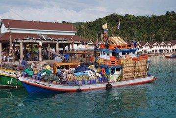Versorgungsschiff auf Koh Phi Phi  Thailand