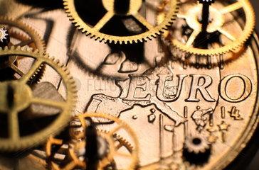 Waehrungsmechnismus  Euro-Muenze als Uhrwerk