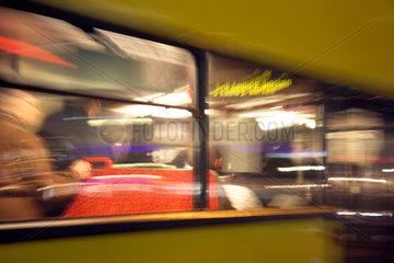 Berlin  vorbeifahrender Bus und Fahrgaeste verwackelt