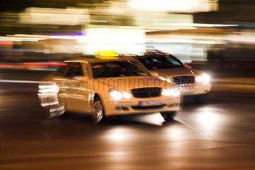 Berlin  zwei Taxis im Strassenverkehr verwackelt