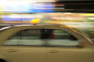 Berlin  Taxi im Strassenverkehr verwackelt