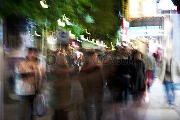 Berlin  Passanten auf dem Tauentzien verwackelt