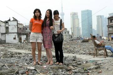 Drei junge Chinesinnen posieren vor der Skyline von Pudong