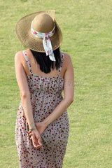 Dubai  Frau im Sommerkleid mit Strohhut