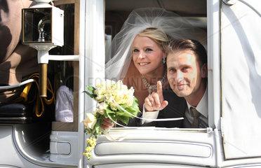 Berlin  Deutschland  junges Brautpaar in einer Hochzeitskutsche