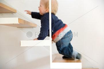 Kleinkind auf der Treppe