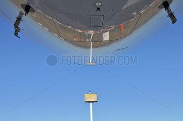 Flugzeugnase eines Airbus A340-600 mit Spiegelung