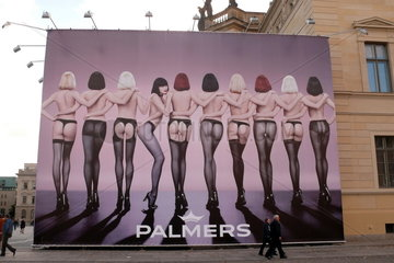 Grossflaechige Werbung mit sexy Frauen