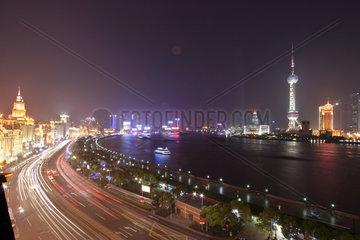 Shanghai  Skyline von Pudong am Bund nachts beleuchtet