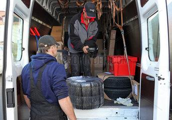 Kfz-Werkstatt: Lieferung des Deutschen Paket Dienst DPD