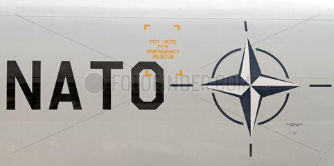 Schoenefeld  Deutschland  Schriftzug und Symbol der NATO