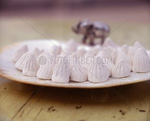 Dinsaw pong a powder which when mixed with water has a cooling effect and is used in South East Asia and Thailand