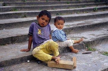 Sumatra  Kinder auf einer Steintreppe