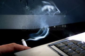 Blauer Dunst beim Rauchen am Computer
