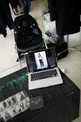 Berlin  Deutschland  Modestand mit Laptop auf der Wedding Dress 4