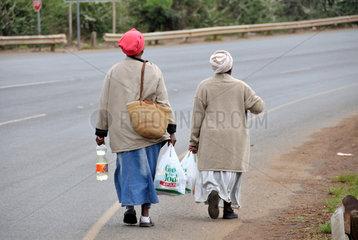 Suedafrika: Frauen mit Einkaeufen auf dem Heimweg ins Township
