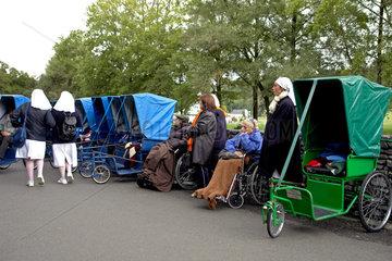 Lourdes: Behinderte Pilger warten vor der Grotte Massabielle