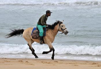 Suedafrika: Afrikanischer Reiter am Strand von Santa Lucia